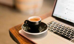 Hva skal du gjøre om du har fått kaffe på datamaskinen?